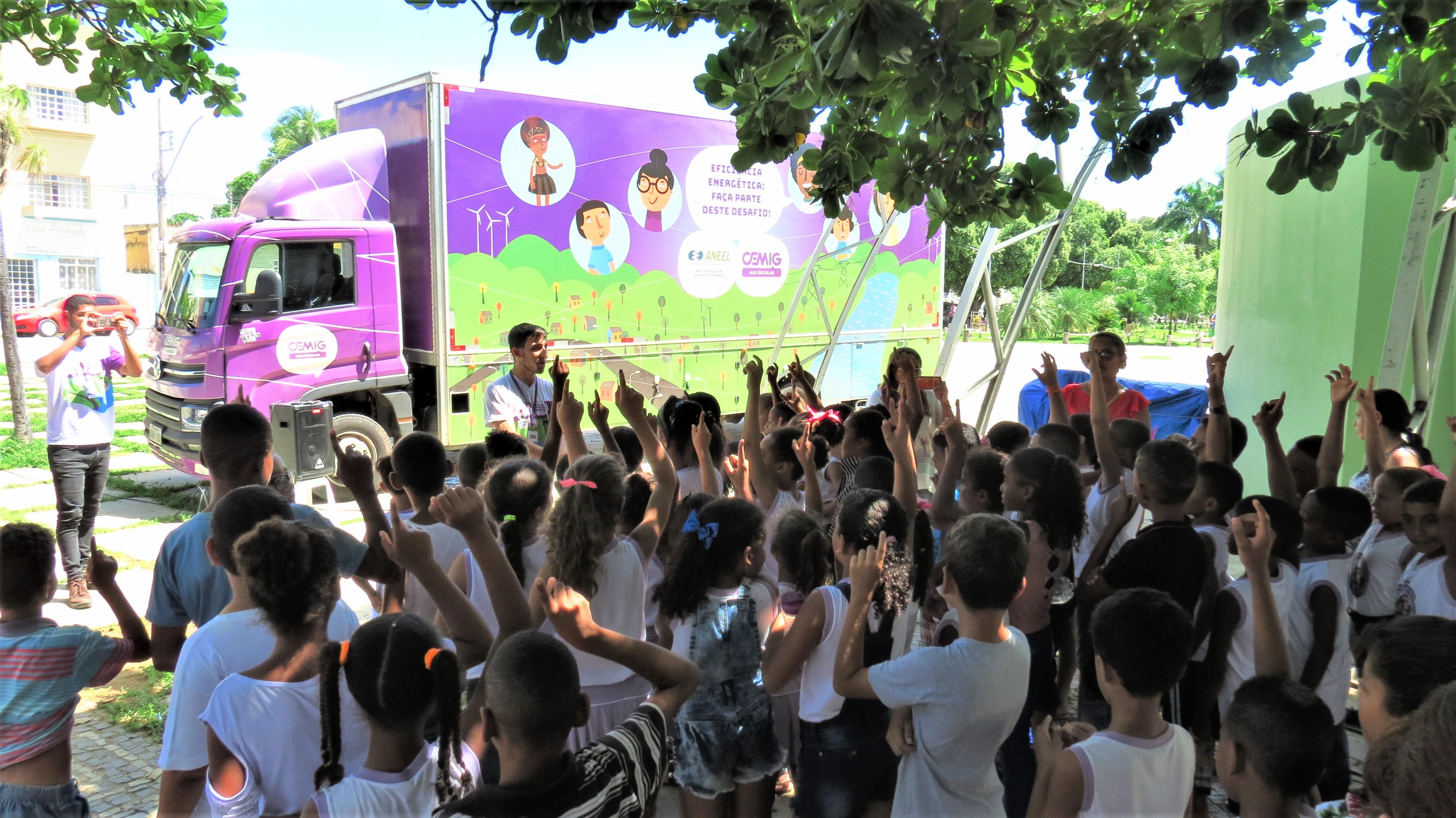 Crianças em januária, atentas e levantando o dedo na praça tiradentes