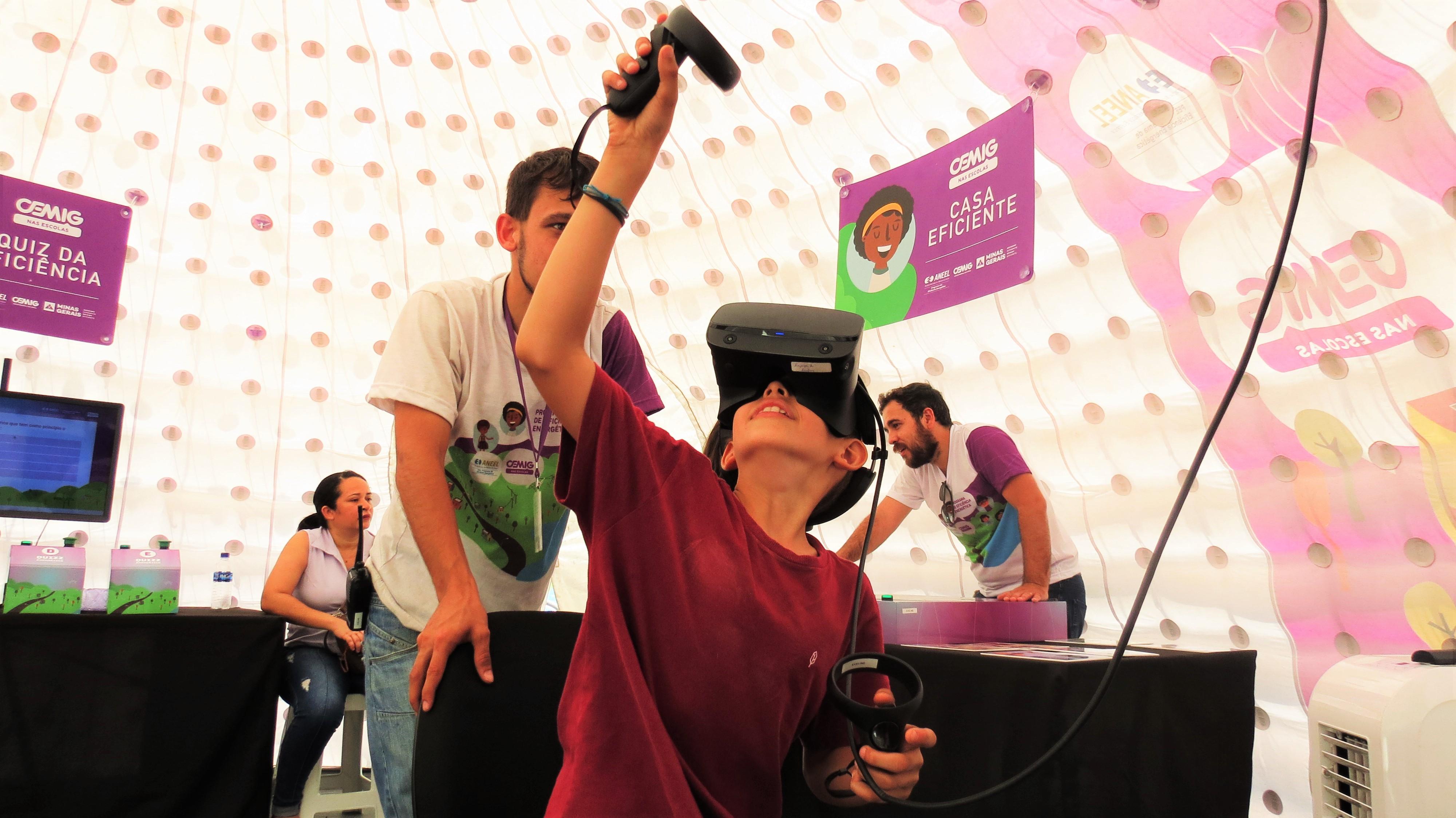 Criança e jogo de realidade virtual em Januária